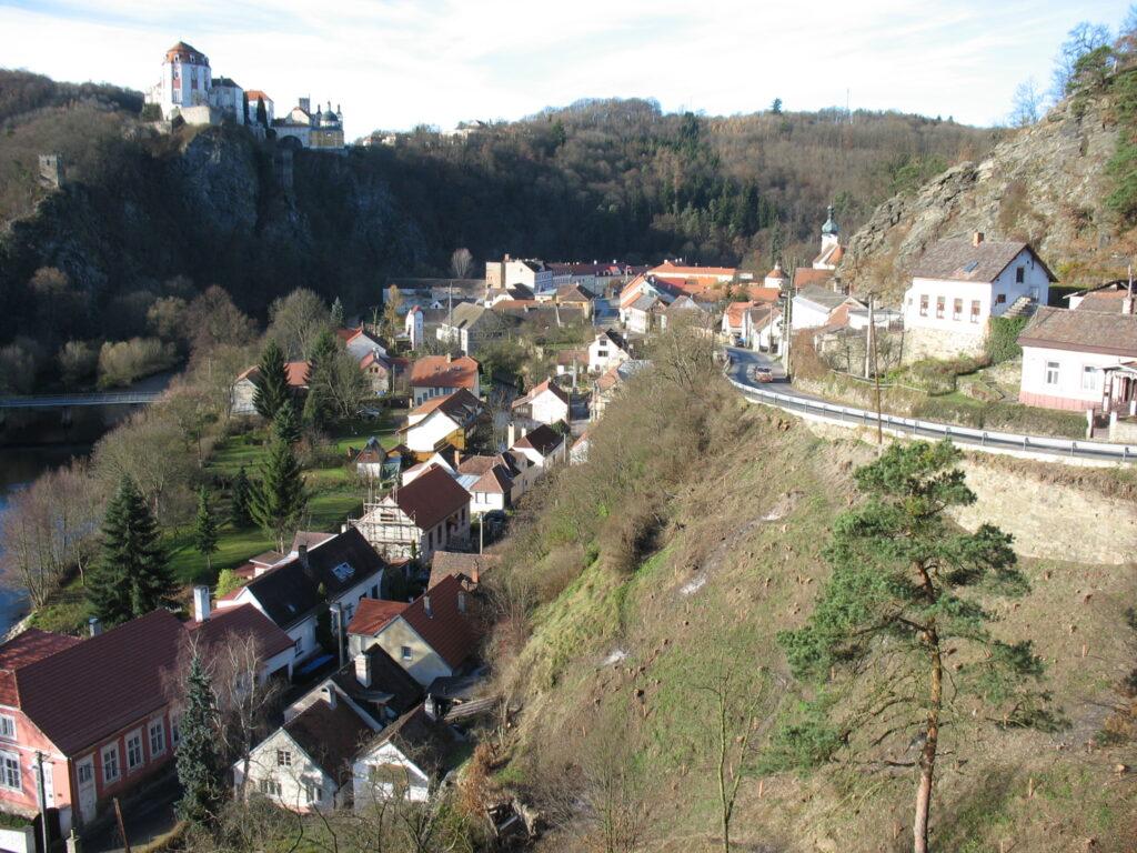 Městys Vranov nad Dyjí - pohled na městečko se zámkem