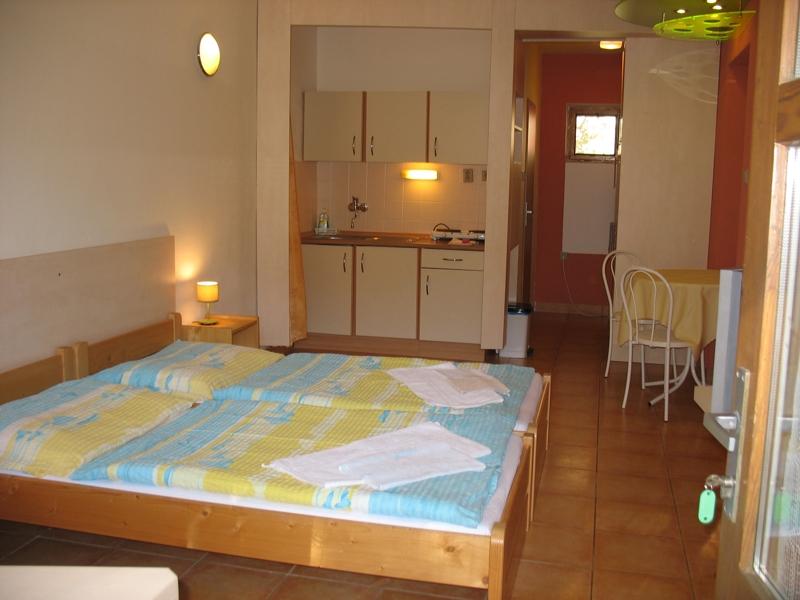 Studio č.8 - pokoj s kuchyňským koutem
