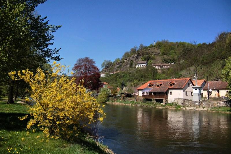 Řeka Dyje ve Vranově nad Dyjí (Přední Hamry) - odtok z Vranovské přehrady